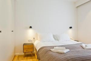 A bed or beds in a room at FeelHome - Ben Yehuda / Gordon