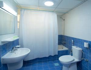 A bathroom at Nuzha Hotel Apartments