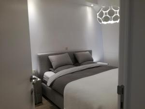 A bed or beds in a room at The Front Door - Comfort
