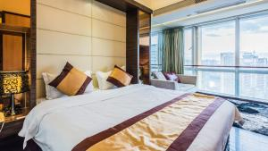A bed or beds in a room at Nuomo Grand Continental Service Apartments-Jinyuan