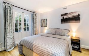 A bed or beds in a room at Private Maisonette