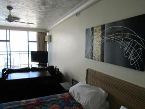 A bed or beds in a room at 2402 Beachcomber studio Ocean View free wifi/Netflix