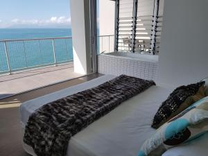 A bed or beds in a room at Penthouse on Bright Point
