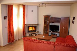 A television and/or entertainment center at Bansko Castle Lodge Villas