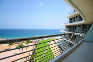 En balkon eller terrasse på Infinity View Apartment
