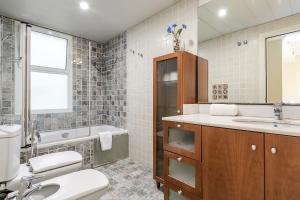 A bathroom at Elegant 3bed with views of Sagrada Familia