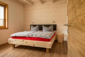 A bed or beds in a room at Panoramahof am Goldberg