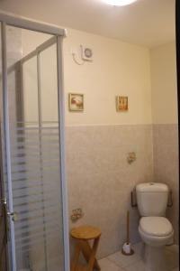 A bathroom at Manoir Courtyard cottage rental Vendee