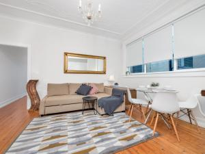 A seating area at Bondi Classic Style - 2 bedroom apartment