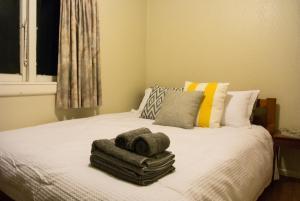 Łóżko lub łóżka w pokoju w obiekcie The Friendly Family Bach in front of Lake Rotoma
