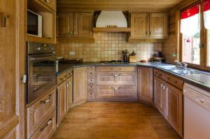 A kitchen or kitchenette at Chalet le Raccard - 1066