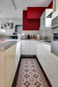 A kitchen or kitchenette at Welkeys Apartment - Rue Le Brun