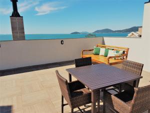 A balcony or terrace at Fragata Apart Hotel
