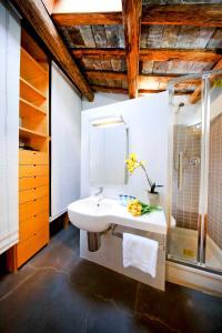 A bathroom at Suite Trastevere
