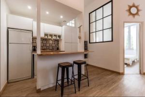 A kitchen or kitchenette at Appartement Idéal Vieux Port Plage Centre