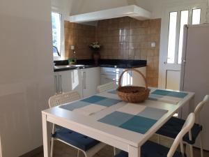 A kitchen or kitchenette at Casinha da Vila