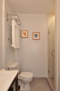 A bathroom at Dupont Place