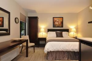A bed or beds in a room at Dupont Place