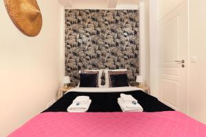 A bed or beds in a room at Sublime appartement Bld Saint Germain