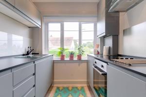 A kitchen or kitchenette at 54 Buchanan Gardens