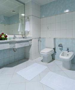 A bathroom at Saray Musheireb Hotel and Suites