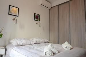 A bed or beds in a room at Carré d'or Very nice appart Near the beach