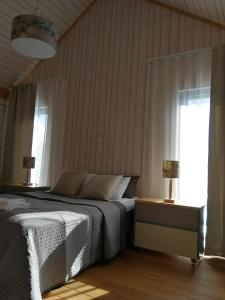 سرير أو أسرّة في غرفة في Marina Holiday Lotus Village