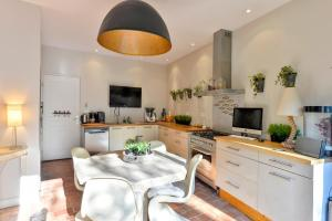 A kitchen or kitchenette at Avilou