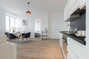 A kitchen or kitchenette at Holiday apartment - Nice