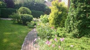 A garden outside Brīvdienu māja Mētriņi