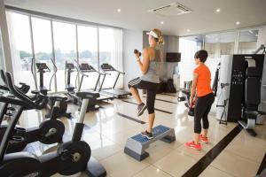 Фитнес-центр и/или тренажеры в Genesis All-Suite Hotel