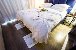 Кровать или кровати в номере Genesis All-Suite Hotel