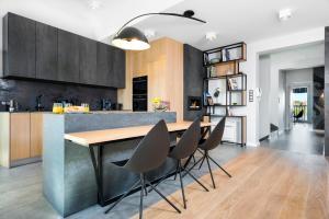 Cuisine ou kitchenette dans l'établissement Privilege Suites