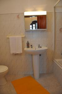A bathroom at Apartamentos Campos 0