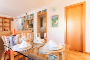 A restaurant or other place to eat at Triana Apartment