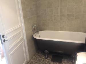 Ванная комната в Au coeur de Chantilly