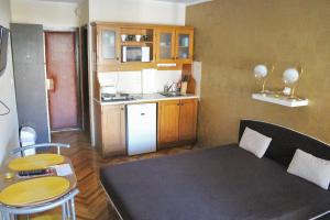 A kitchen or kitchenette at Hangulat Vendégház / Apartman