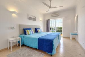 Een bed of bedden in een kamer bij 3HB Clube Humbria - All Inclusive