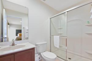 A bathroom at Three Bedrooms Townhome 3012