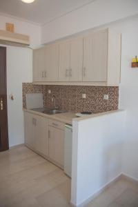 A kitchen or kitchenette at Captain's Studios