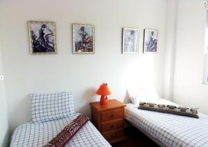 A bed or beds in a room at Nerja Torrecillastranden