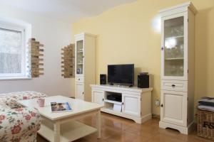 Телевизия и/или развлекателен център в Sweet Home At Dunajska St.
