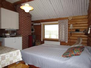 A bed or beds in a room at Ukonloma Cottages