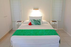 A bed or beds in a room at Makayla Palms