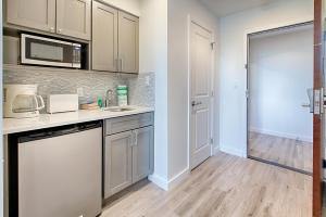 A kitchen or kitchenette at Luau II 6521/23