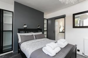 A bed or beds in a room at Warren Street Deluxe Apartment