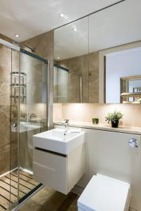 A bathroom at Stylish 2BR flat right next to the Tate Modern