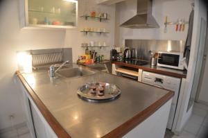 A kitchen or kitchenette at Studio loft avec terrasse centre historique