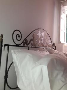"""A bed or beds in a room at LOC Hospitality """"Venetian Well Square"""" family maisonette"""