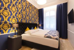 A bed or beds in a room at Abieshomes Serviced Apartments - Votivpark